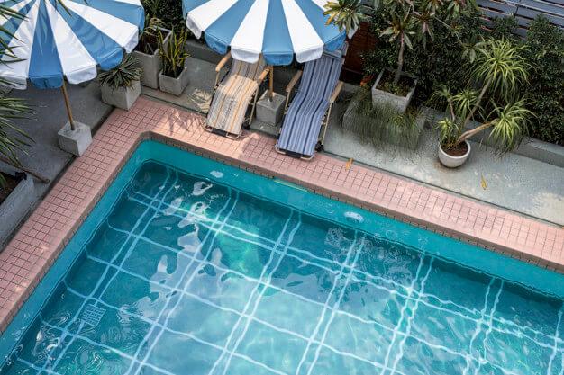 eliminar-particulas-blancas-en-la-piscina