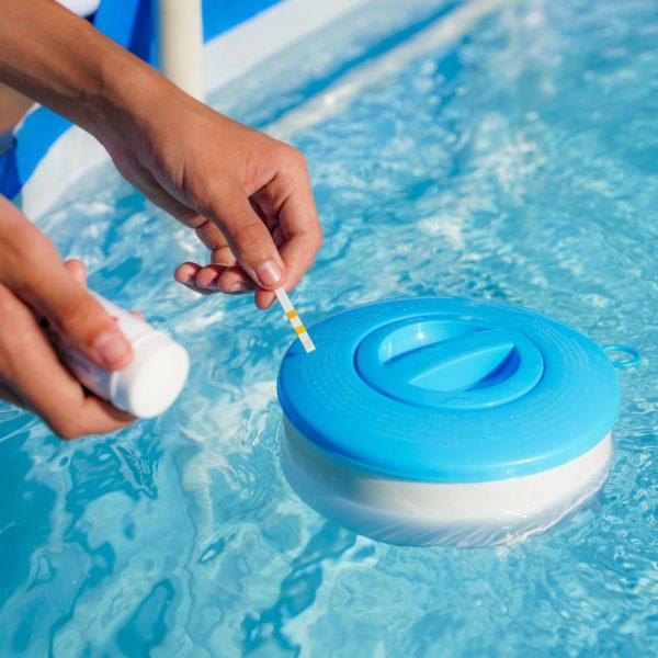 como bajar el cloro de la piscina